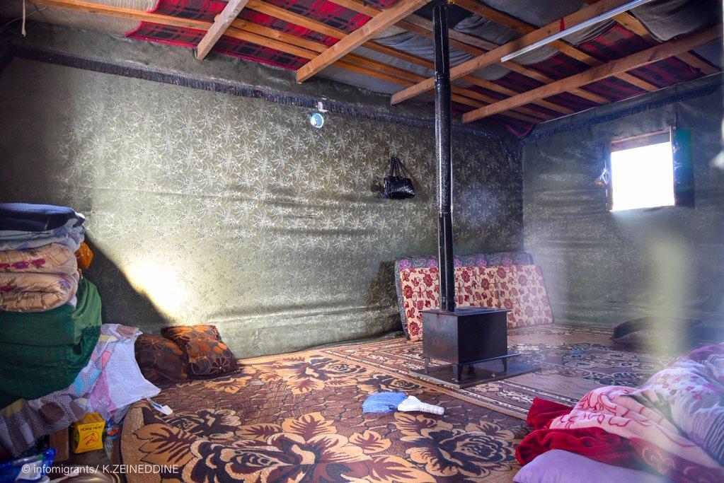 غرفة شاويش أحد المخيمات في سعدنايل وتبدو في الوسط موقدة حطب.