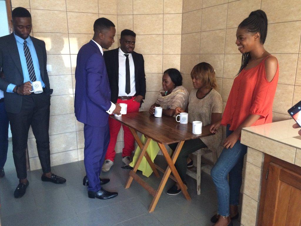 Philippe Nkouaya (en pantalon rouge) a étudié en master en France avant de rentrer au Cameroun monter son entreprise PhilJohn Technologies. Crédit : Julia Dumont