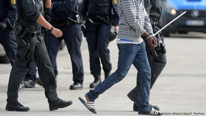 En Allemagne, les débats sur les demandeurs d'asile et les expulsions se sont intensifiés. Photo:  picture-alliance/dpa/S.Puchner