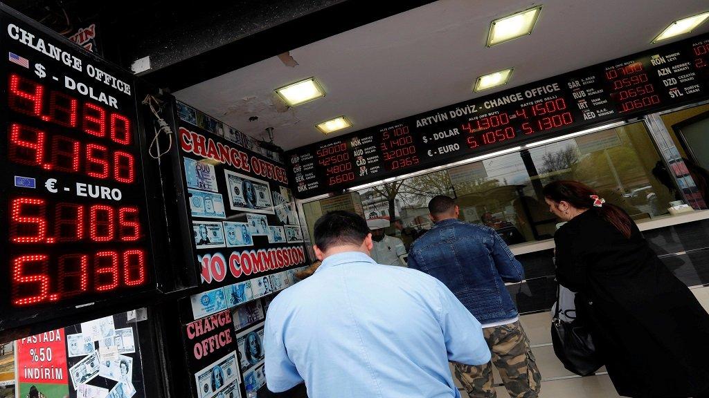 مكتب للصرافة في إسطنبول في 11 أبريل 2018 / رويترز- مراد سيزر