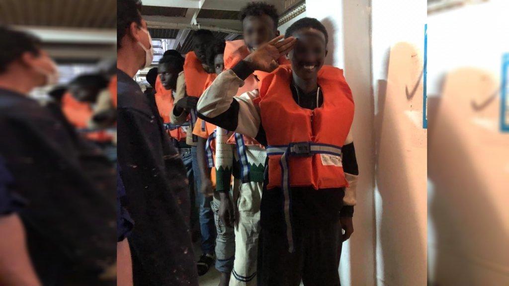 مهاجران کشتی تالیا با لبخند کشتی را ترک میکنند، ۷ جولای ۲۰۲۰. عکس DR