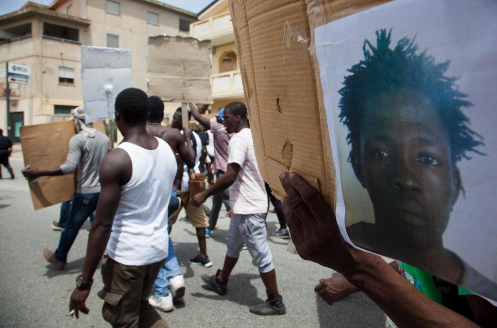 Ansa / مهاجرون يحتجون بعد مقتل ساكو سومالي، ووضعوا صورته على لافتة في سان فرناندينو بفيبو فالنتينا. المصدر: أنسا/ ميشيل ألبانيزي.