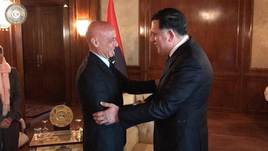 ansa/ وزير الداخلية الإيطالي ماركو مينيتي ورئيس الحكومة الليبية فايز السراج