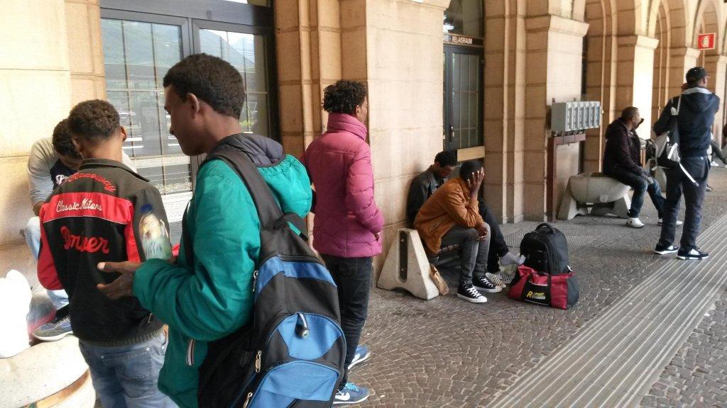 ANSA / مهاجرون ينتظرون في محطة قطارات بولزانو. المصدر: أنسا/ ستيفان والشيك.