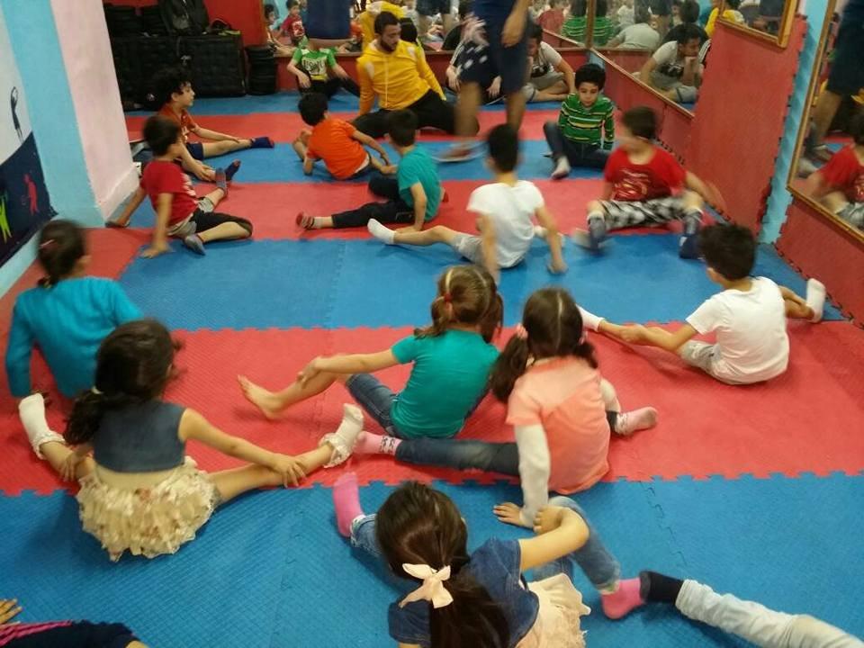 أطفال يتمرنون في الأكاديمية