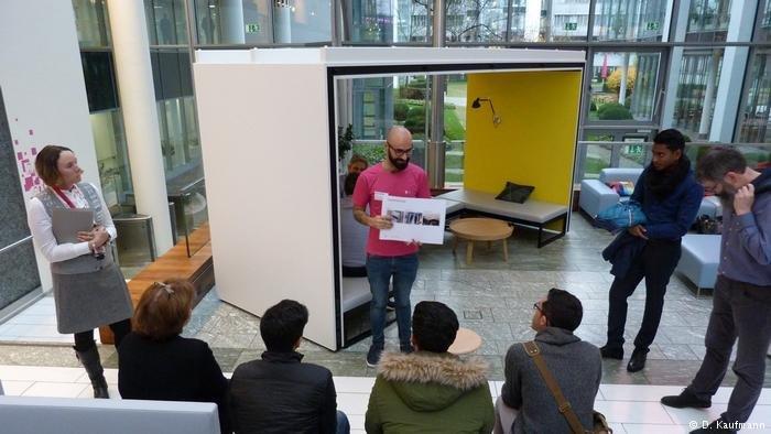 Les candidats sont réunis dans le hall d'accueil de Deutsche Telekom en attendant leur entretien éclair.