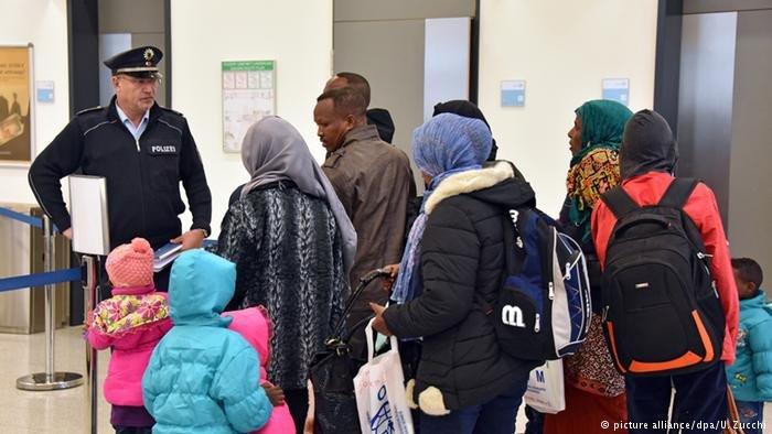 لاجئون من أريتريا و أثيوبيا في أحد المطارات الألمانية