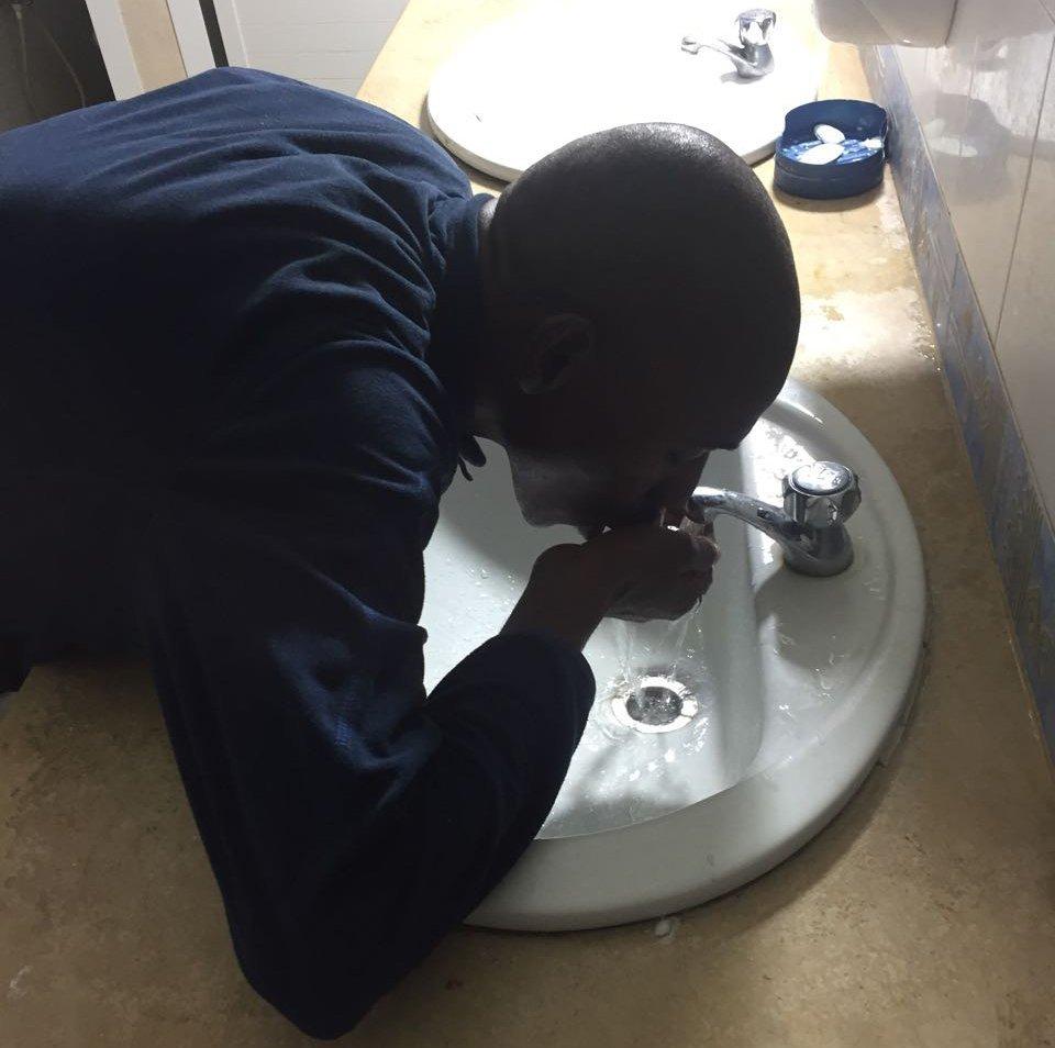 في مركز المرسى، اللاجئون مضطرون لشرب المياه من الحنفية داخل غرف الاستحمام، وهي مياه غير صالحة للشرب / مهاجر نيوز