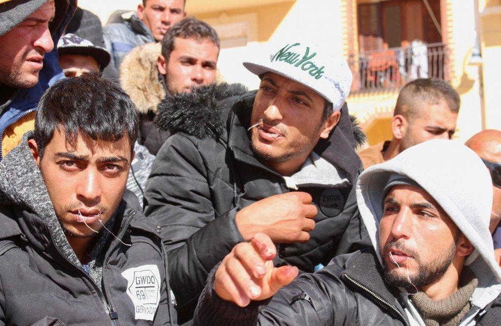 À Lampedusa, quatre migrants se sont cousus la bouche. Crédit : Ansa