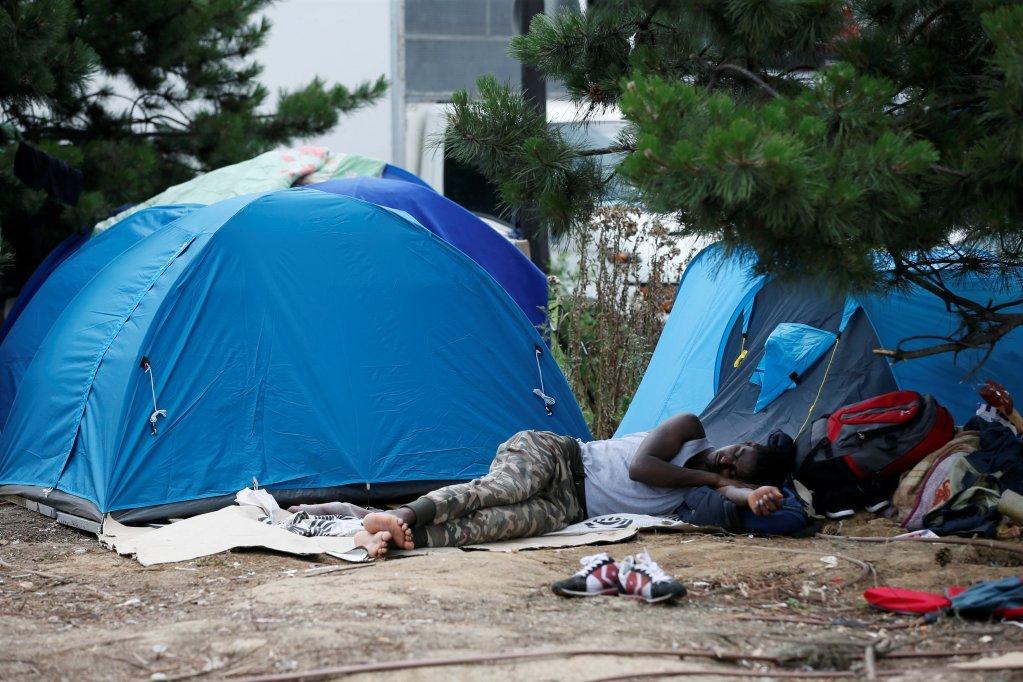 تصویری بالا نشاندهنده وضعیت مهاجران در شمال پاریس در منطقه «لهشپل» (La Chapelle) است. عکس از: رویترز