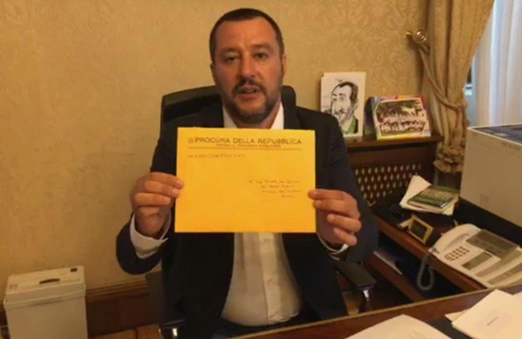 ANSA / سالفيني يفتح مظروفا أثناء بث مباشر على صفحته بموقع فيس بوك بعد أن أرسله مكتب المدعى العام في باليرمو