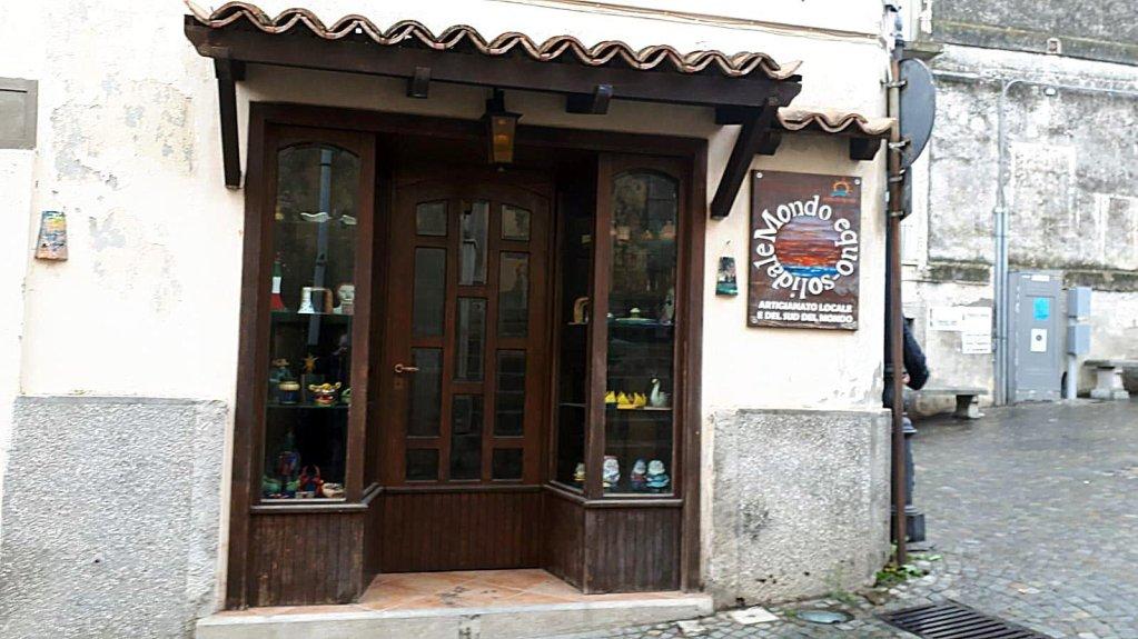 ANSA / أحد المتاجر السياحية  في المدينة  أقيم في منطقة كانت مخصصة  سابقا لإلقاء النفايات. المصدر: أنسا / أليساندرو سيجاري.
