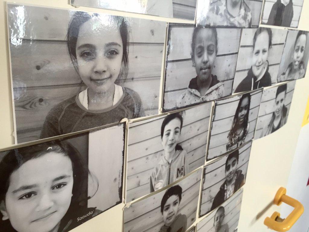 Des photos danciens lves de lcole accroches aux murs et aux portes des salles de classe Crdits  Anne-Diandra Louarn