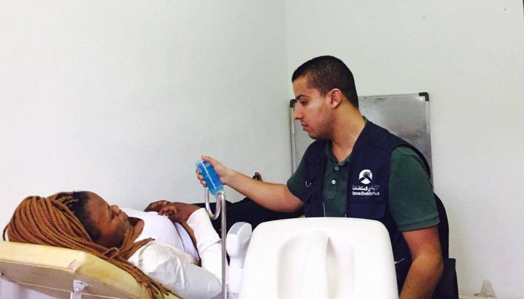 Un médecin de l'association Les mains solidaires ausculte une migrante. Crédit : Les mains solidaires