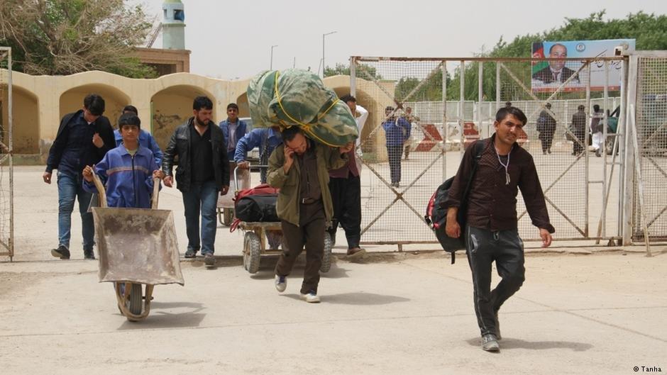 اخراج توده ای مهاجران افغان از ایران ادامه دارد