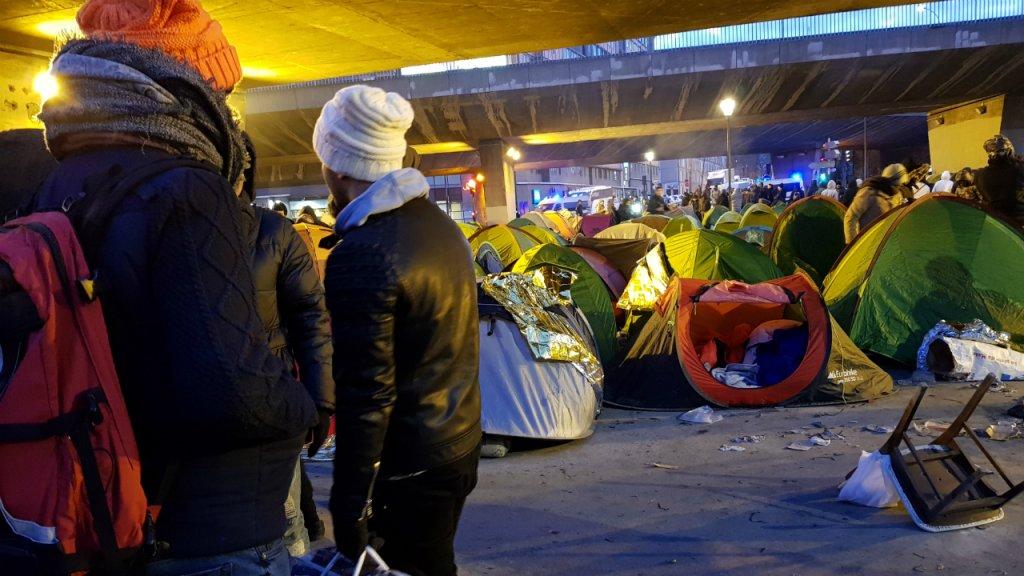 Des migrants se préparent à partir du campement de La Chapelle, le 29 janvier 2019 à Paris. Crédit : Anne-Diandra Louarn / InfoMigrants