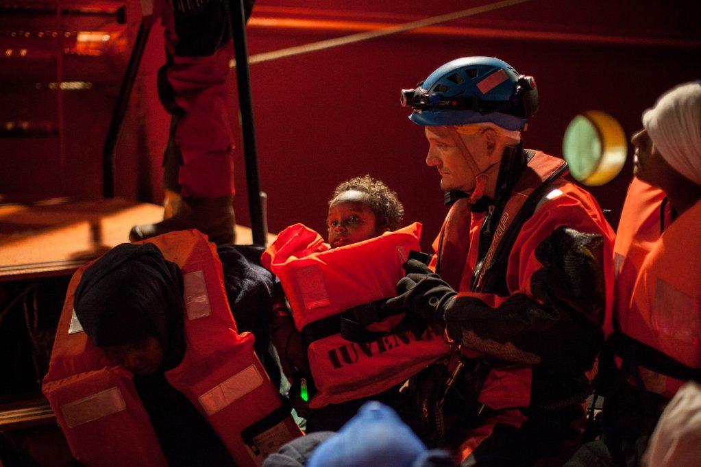 FEDERICO SCOPPA / AFP |Lors du sauvetage de 255 migrants, en mer Méditerranée, dans la nuit du 25 au 26 décembre 2017.