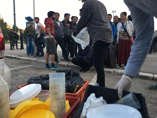 Les bénévoles s'activent pour décharger la voiture et distribuer les rations alimentaires. Crédit : InfoMigrants