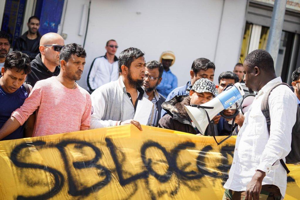 ansa / مهاجرون يحتجون في نابولي. أنسا/ سيزاري اباتي