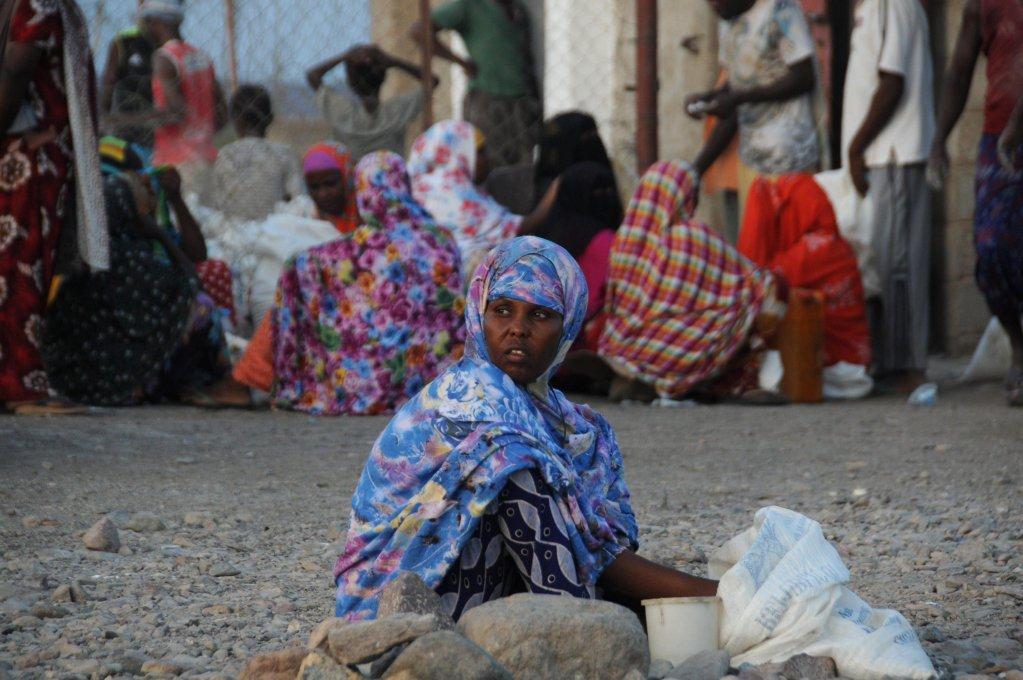 """Ansa / مهاجرون أفارقة يتجمعون في مخيم المفوضية العليا للاجئين في الخراز شمال ولاية لحج اليمنية. المصدر: صورة من الأرشيف / """"إي بي أيه""""."""