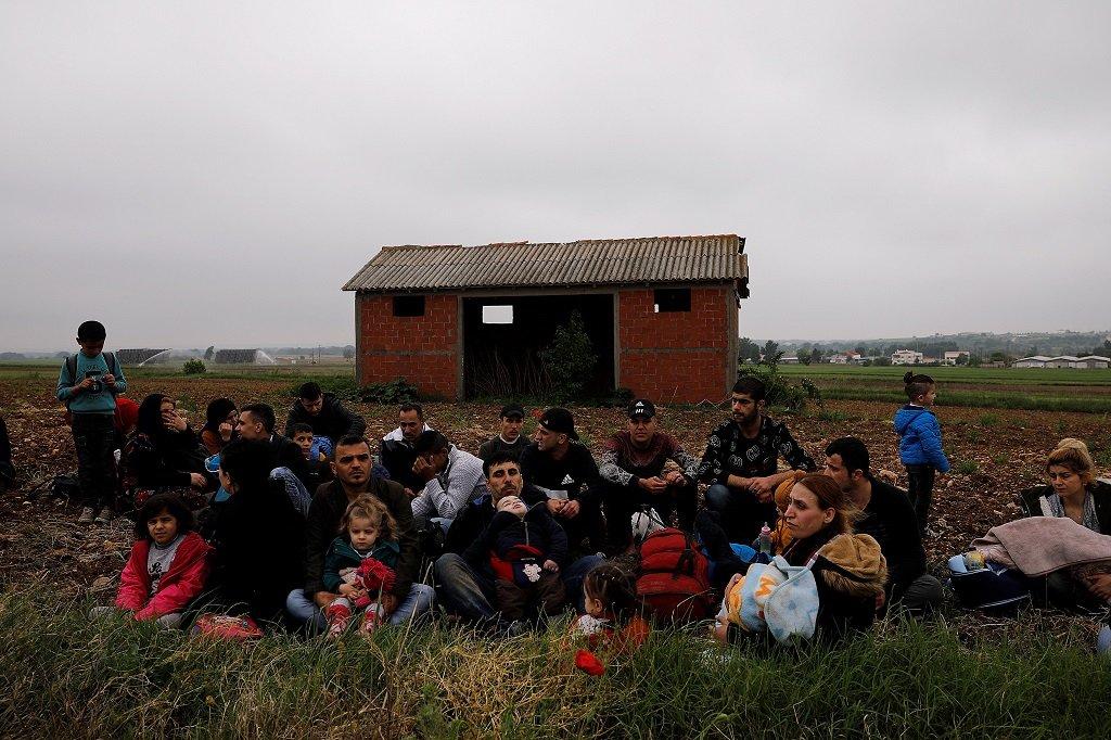 Des migrants près du fleuve Evros, à la frontière greco-turque. Crédit : Reuters