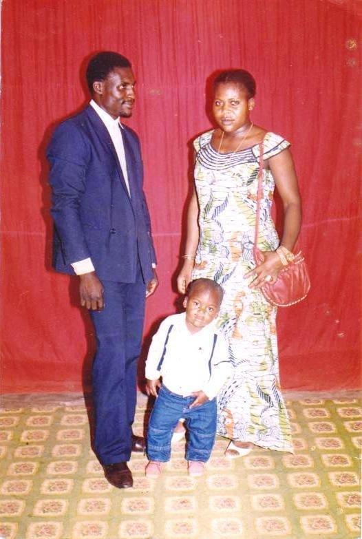 فرانسیس نگانوو در کودکی، همراه با مادر و پدرش. عکس از البوم شخصی فرانسیس