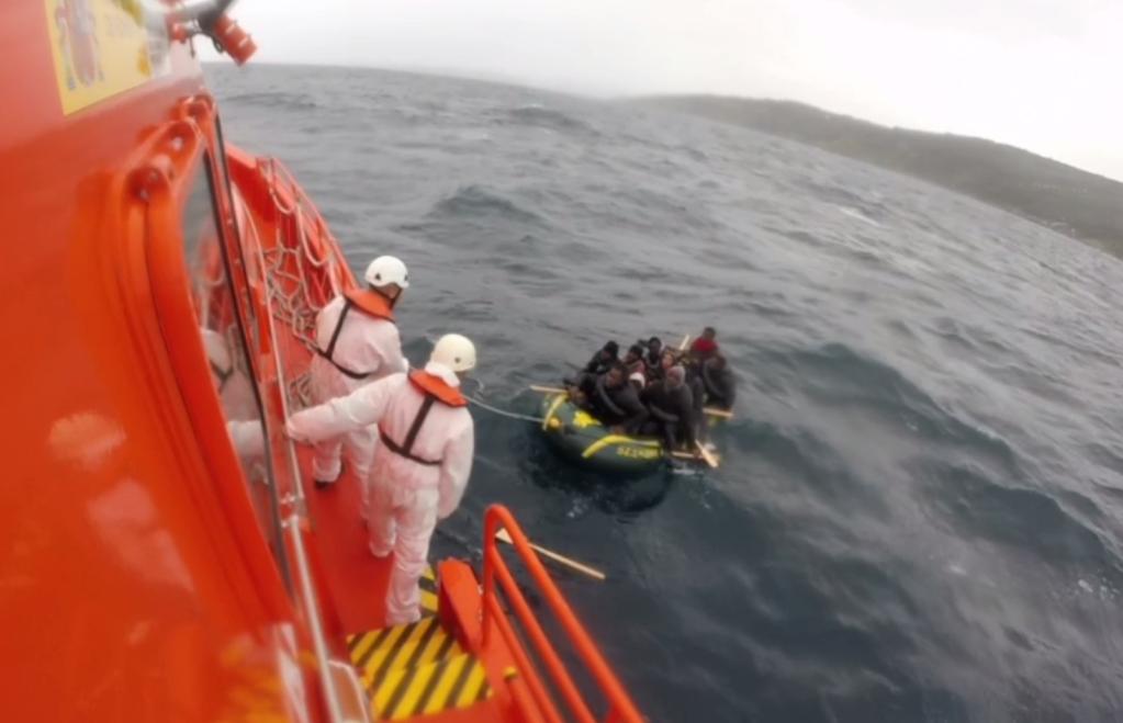 Les migrants utilisent des bateaux de fortune ou de simples barques en plastiques pour rejoindre l'Espagne depuis le Maroc. Crédit : salvamento maritimo