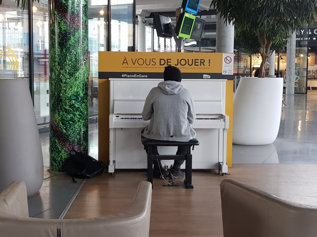 This homeless asylum-seeker spends parts of his days playing the piano at the Bordeaux Saint-Jean train station, 'to keep my hands warm ' | Photo: Anne-Diandra Louarn / InfoMigrants