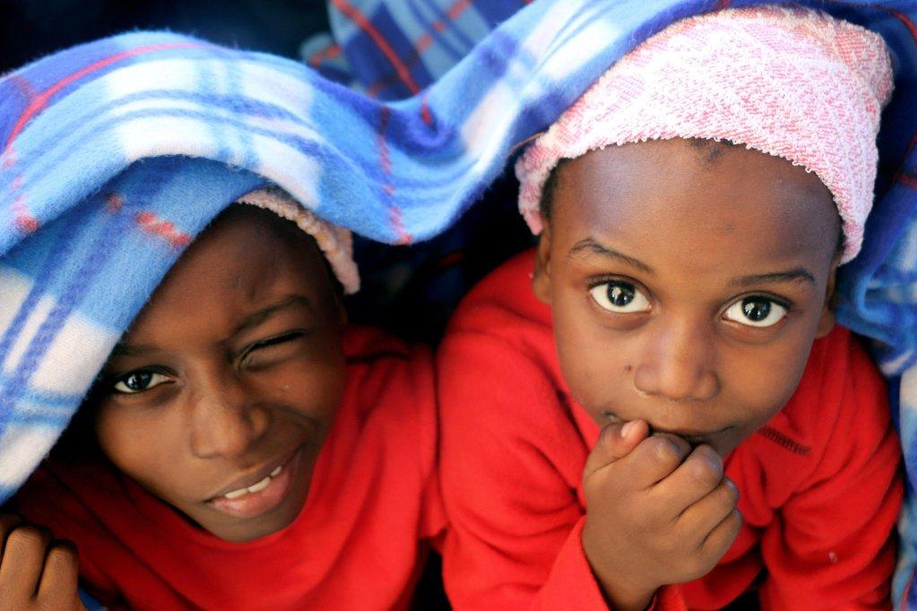 "ansa / طفلان مهاجران أثناء إنقاذهما من الغرق في البحر المتوسط. المصدر: ""إي بي إيه""."