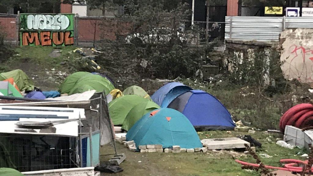 تتفاوت آراء سكان المنطقة حول هذا المخيم العشوائي، حيث يمكن رؤيته وملاحظته من المباني المجاورة. المصدر / موسى أبو زعنونة - مهاجر نيوز