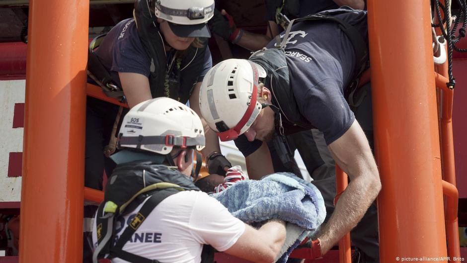 A baby is being lifted onto the Ocean Viking during the rescue operations | Photo: picture-alliance/AP/R. Brito
