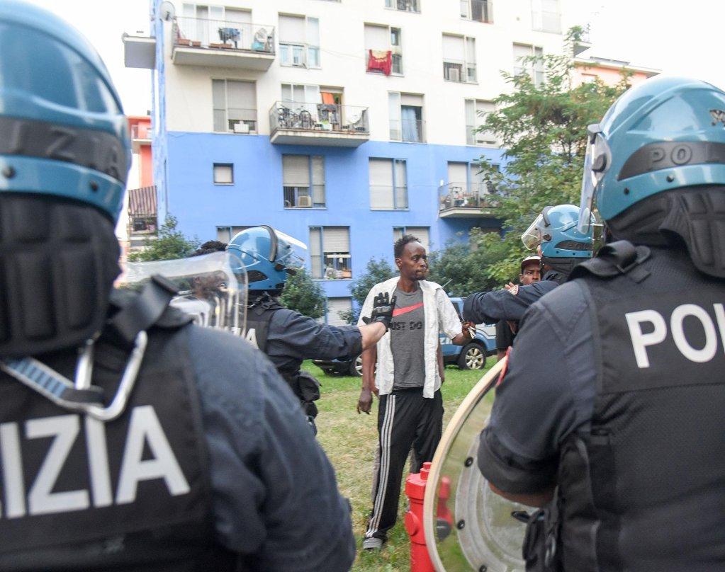 ansa / الشرطة تقوم بإخلاء المهاجرين من مبنى في تورينو. المصدر: أنسا/ اليساندرو دي ماركو.