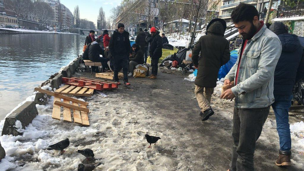 Un camp de migrants principalement afghans au canal Saint-Martin dans le nord de Paris. Crédits : InfoMigrants