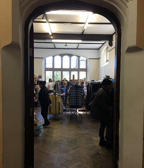 L'association ALM a ouvert une friperie où les migrants peuvent trouver des vêtements à très bon prix. Crédit : Brenna Daldorph