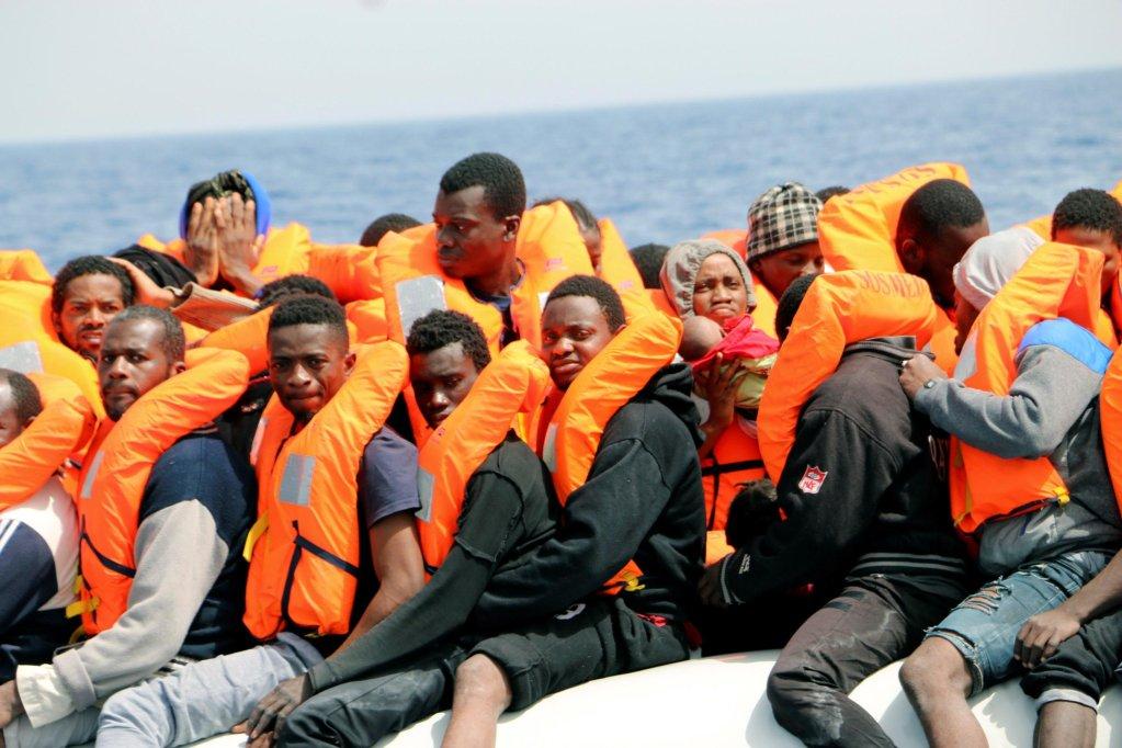 "ansa / مهاجرون على متن قارب مطاطي خلال عملية إنقاذ جرت مؤخرا بالقرب من الساحل الليبي. المصدر: ""إي بي إيه""/ جافير مارتن."