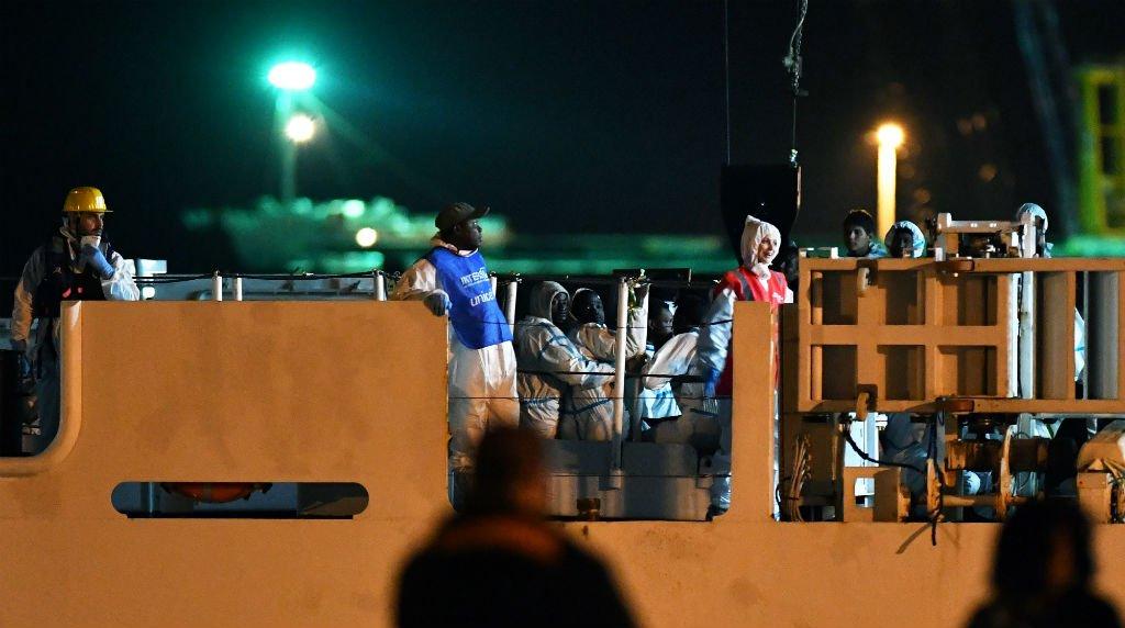 کشتی دیچیوتی، متعلق به محافظان ساحلی ایتالیا سه شنبه شب ١٩جون به بندر پوزالو رسید. عکس از جیووانی ایولینو، خبرگزاری فرانسه