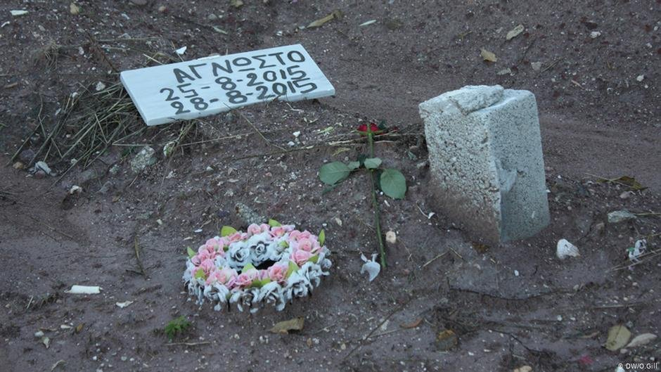 Unidentified refugee Mytilini cemetery 2015  Photo DW