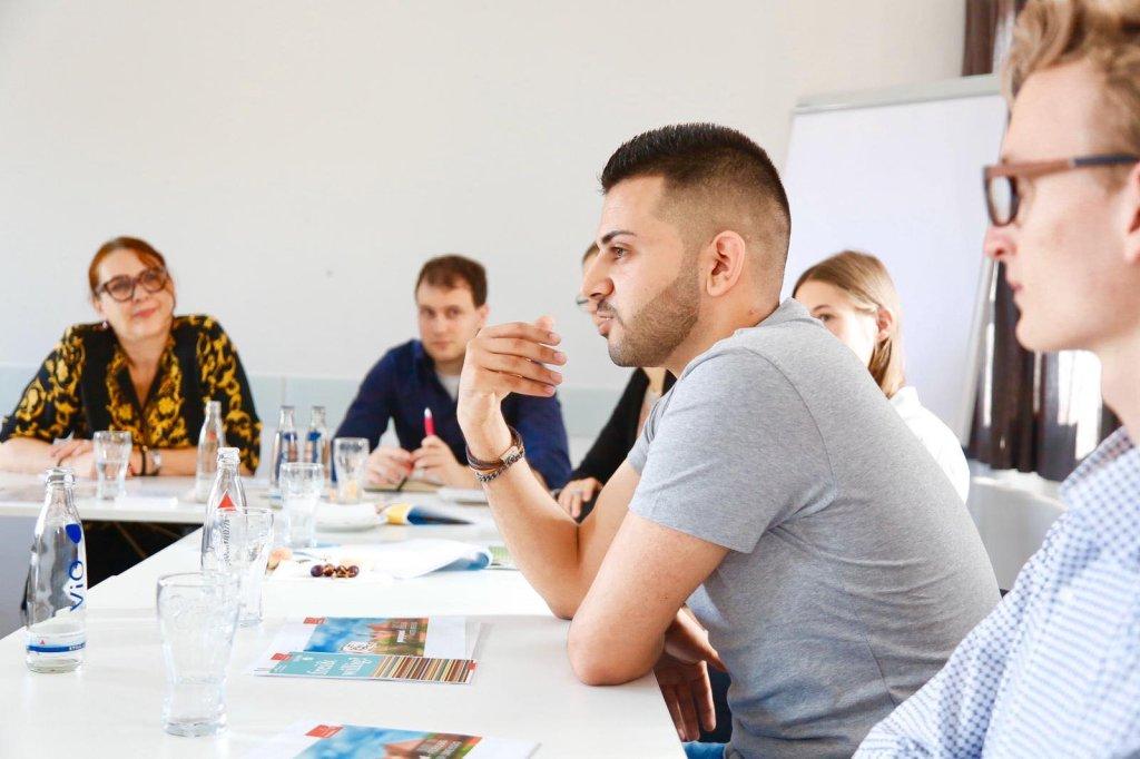 معتصم الرفاعي يتحدث خلال مؤتمر صحفي يتحدث عن المشاركة المجتمعية.
