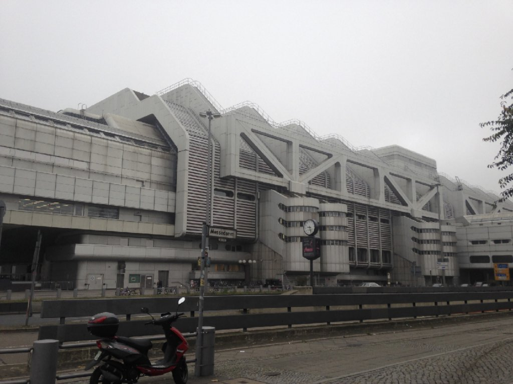 Le centre de conférence ICC Messe Nord a été utilisé comme hébergement d'urgence pour les réfugiés après 2015. Les derniers résidents ont déménagé récemment | Crédit : Holly Young