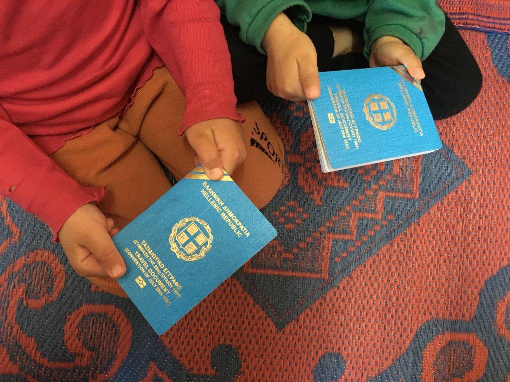 Tous les membres de la famille ont obtenu un passeport de rfugi mais ils ne peuvent toujours pas quitter la Grce en raison dune erreur administrative Crdit  InfoMigrants
