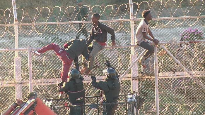 """عکس از دویچه وله/ صدها پناهجو و مهاجر روز پنجشنبه خود را به شهر """"سبته""""، در شمال افریقا رساندند."""