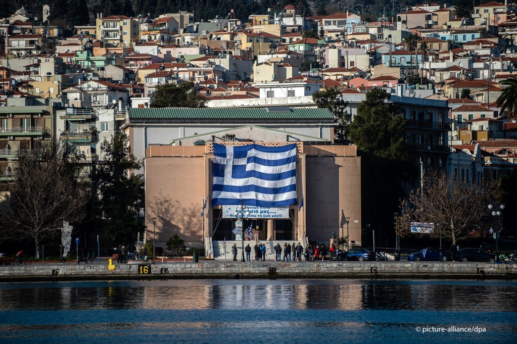 The theater in Mytilene is hung with a Greek national flag on a day of general strike on the island over migration policy | Photo:  A. Tzortzinis/dpa/picture alliance