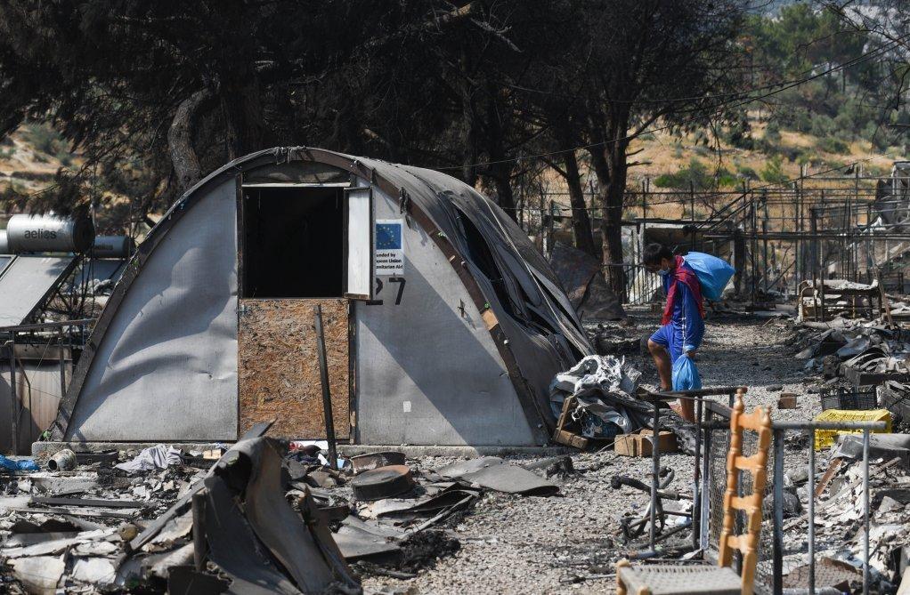 عاد شمس الله إلى المخيم المتفحم،  ليحضر بعض الأشياء من خيمته التي لم تحترق بالكامل . المصدر: مهدي شبيل /مهاجرنيوز.