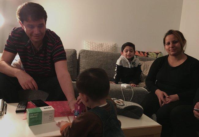 Nicolas  gauche accueille chez lui la famille afghane pour la nuit Crdit  InfoMigrants
