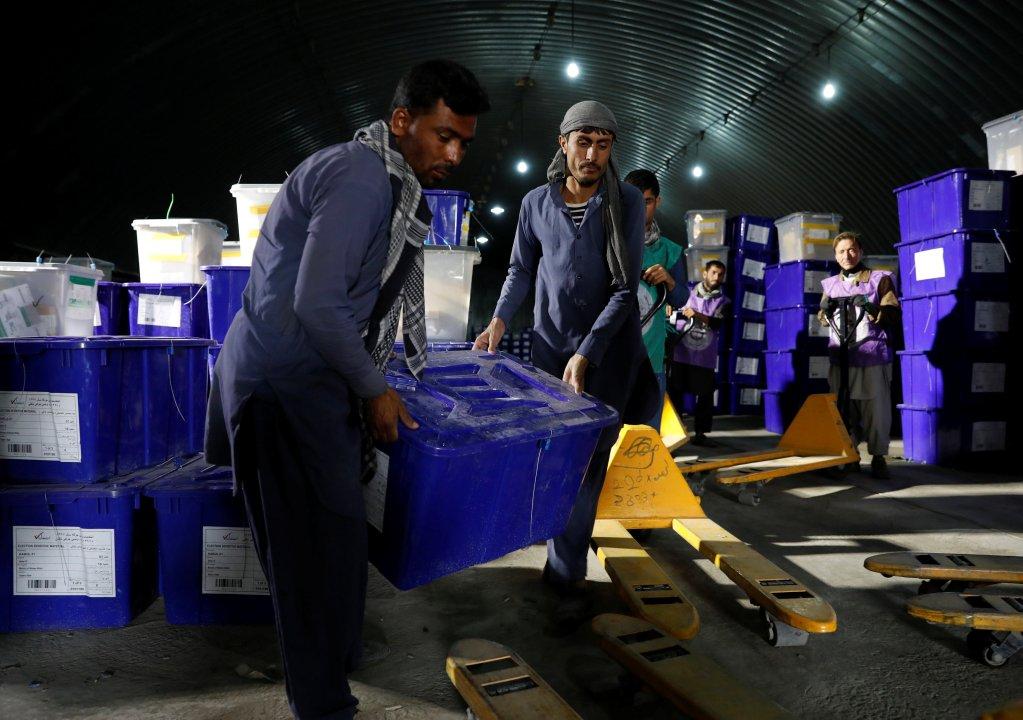 توزیع صندوق های رأیدهی در مرکز کمیسیون مستقل انتخابات افغانستان در کابل. عکس از خبرگزاری رویترز