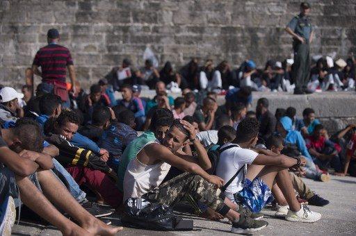 JORGE GUERRERO / AFP |Un groupe de migrants se repose après avoir été sauvé des eaux dans le port de Tarifa, le 16 août 2017.