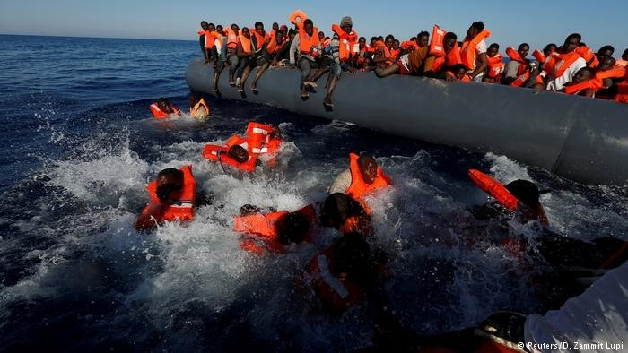 مهاجرون يصارعون الأمواج- أرشيف/ رويترز