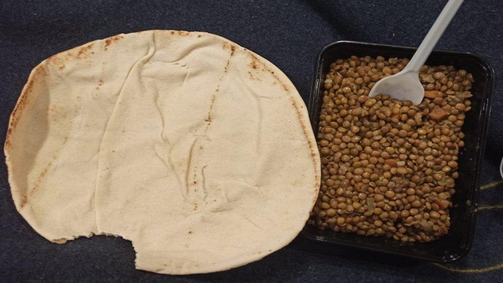 إحدى وجبات الغذاء التي تقدمها السلطات اليونانية للمهاجرين على السفينة. محمود* أرسل الصورة