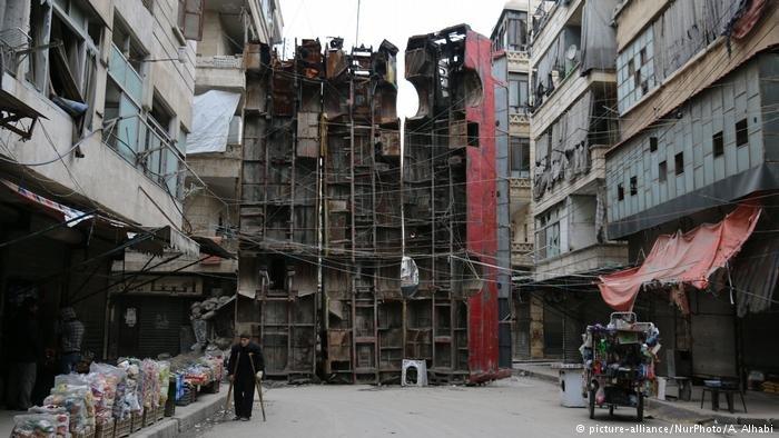 قام سكان أحد الأحياء في حلب باستخدام الحافلات العمودية كدرع للحماية