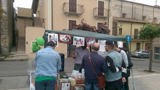 Vente de yaourts sur un marché. Photo publiée sur la page Facebook Barikamà.
